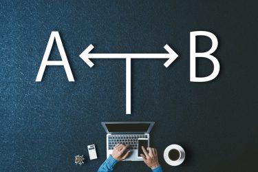 机に書かれたAとBの文字