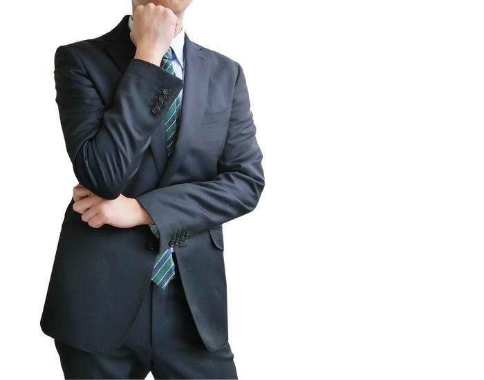 業務負担に悩むビジネスマン