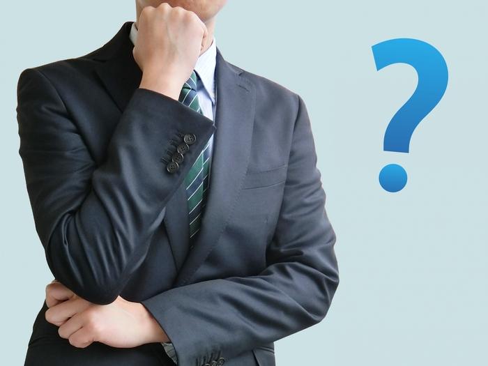 問題点やリスクについて考えるビジネスマン