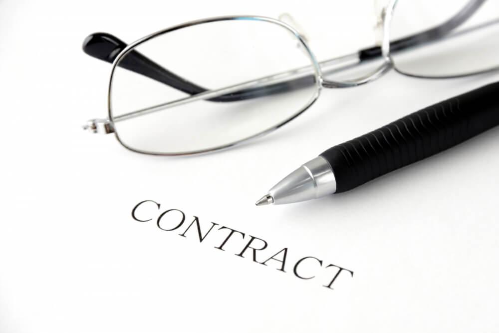 契約書とペンとメガネ
