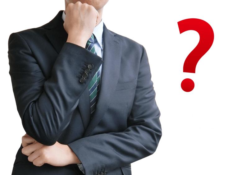 社内ヘルプデスクの業務内容を考える男性