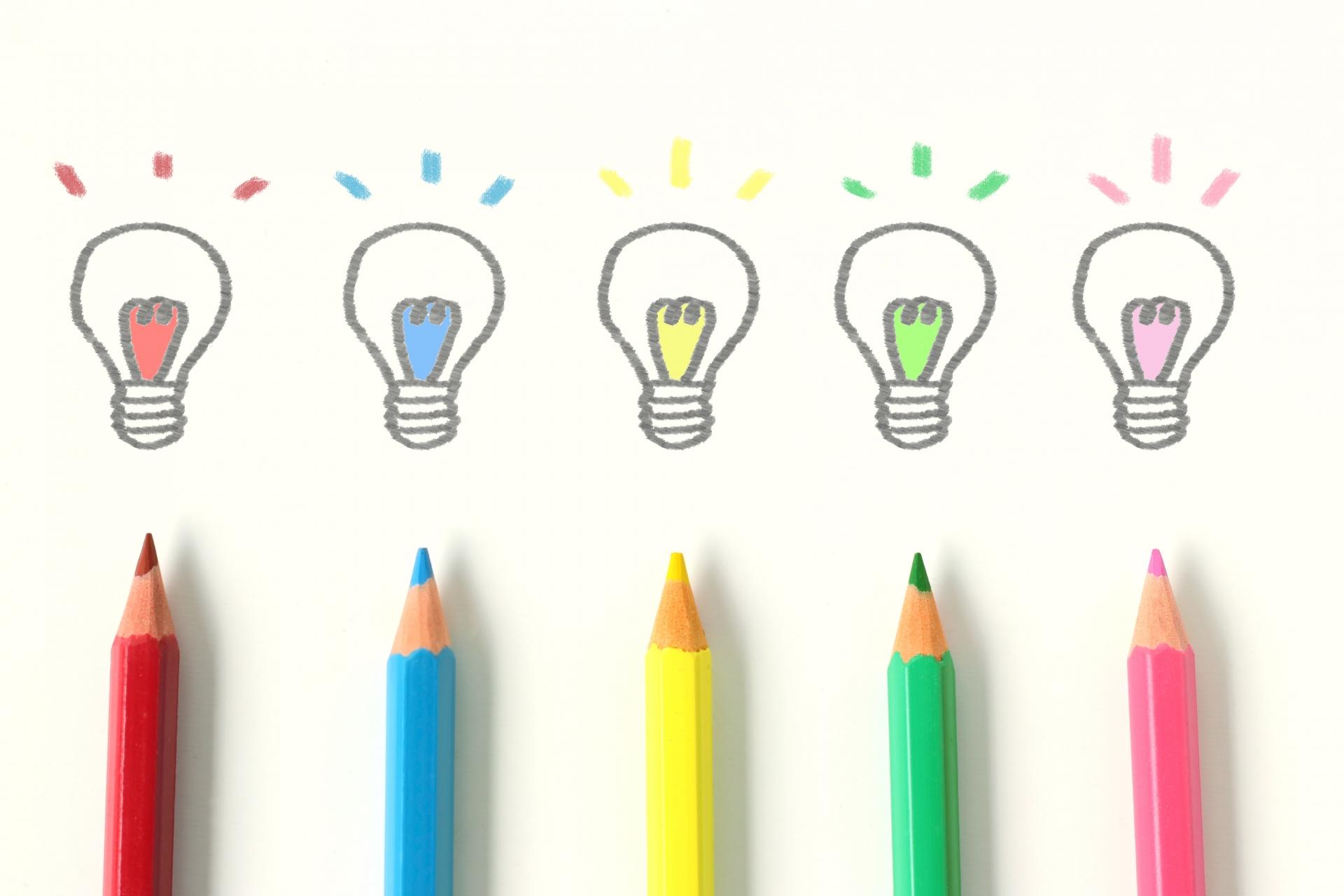 5色の色鉛筆と電球のイラスト