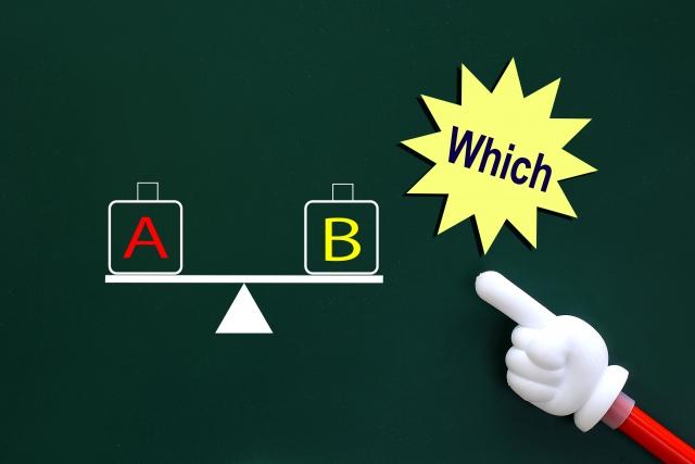 黒板に書かれたAとBの重りと天秤