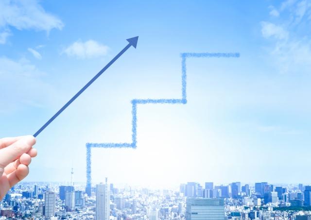 青空と上に伸びる矢印