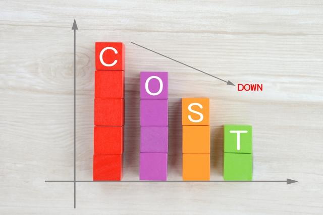 積み木に書かれたコストの文字とダウンを表す下矢印