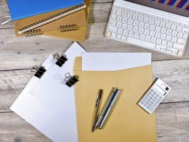 書類とキーボードが置かれたデスク