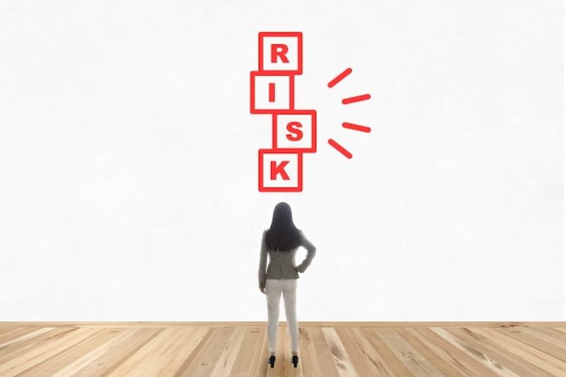 リスクの文字を見る女性